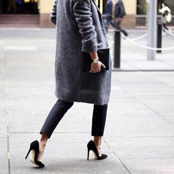 Серое женское пальто с туфлями